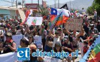 CAUSAS Y PETICIONES.- Hasta por el mar y las semillas protestaron algunos con sus carteles. Pareciera que llegó la hora de nivelar todo en Chile.