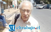 Nibaldo Gómez Ahumada, jubilado de 77 años de edad que debe seguir trabajando porque la pensión no le alcanza.