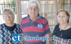 VECINOS MOLESTOS.- Ellos son los vecinos Hernán Rivera, Ximena Vergara y Victoria Durán, afectados por esta enorme palmera.