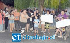 NO MÁS ROBOS.- En el frontis de la Iglesia San Antonio de Padua, en El Almendral, estos vecinos protestaron con sus cacerolas por tantos robos en su escuela.
