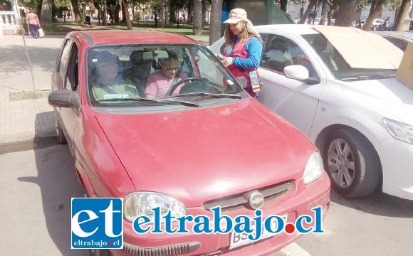 Rosa Olivares cobrando un estacionamiento en el centro de San Felipe, feliz de volver al trabajo.