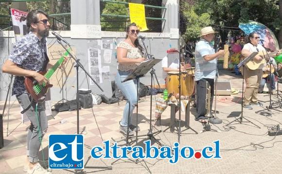 SON D' ESQUINA.- Aquí vemos a estos músicos sanfelipeños tocando alegremente el mejor Son cubano en la Plaza de Armas de Los Andes.