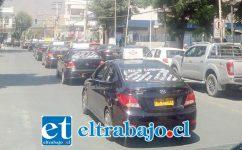 La caravana de taxis, conformada por una treintena de conductores, pasando por calle Salinas.