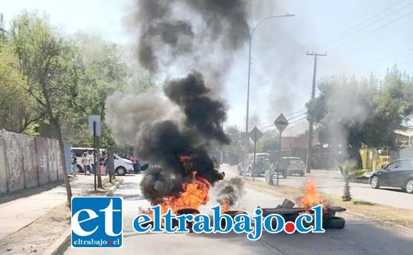 Barricadas durante la mañana de este martes en Avenida Miraflores, a pasos del Hospital San Camilo de San Felipe.