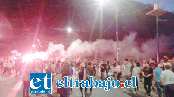 Durante la tarde noche de este martes, manifestantes se reunieron en el sector del Puente El Rey, originándose desmanes y encendido de barricadas.