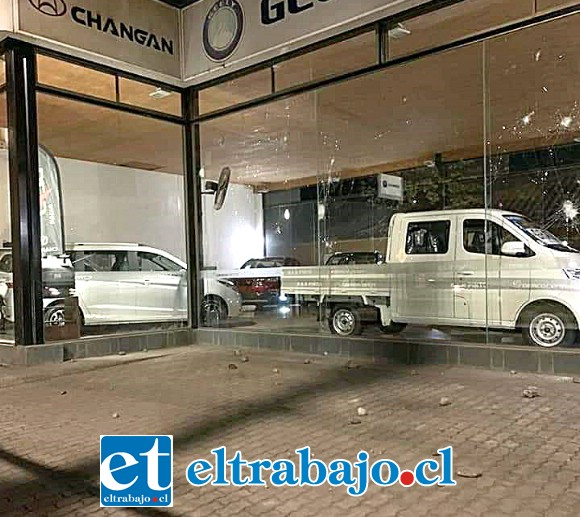 Automotoras de Avenida Chacabuco fueron apedreadas por desconocidos durante la noche de este sábado.