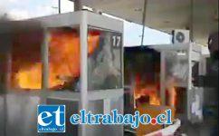 Las casetas de cobro del peaje fueron destruidas e incendiadas.