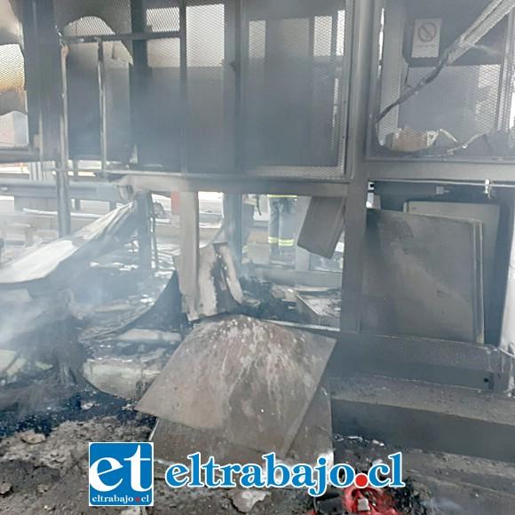 El incendio destruyó las casetas del Peaje Las Vegas de Llay Llay.