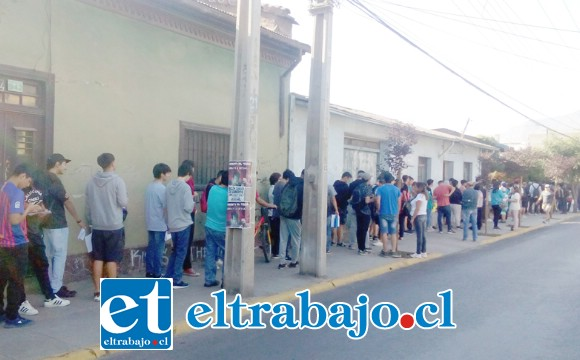 Esta era la fila que había ayer en la mañana en las afueras de la oficina de reclutamiento de San Felipe, ubicada en calle Traslaviña.