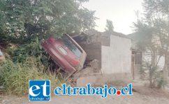El automovilista terminó prácticamente incrustado en la propiedad ubicada en calle Antonio Guilisasti de la comuna de Santa María la tarde este sábado.
