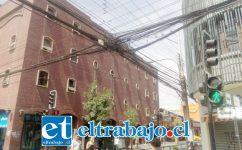 Cables en la intersección de las calles Coimas y Merced, pleno centro de San Felipe.