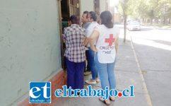 Voluntarios de la Cruz Roja conversando con 'Charito' Meneses, para interiorizarse de cómo vive.