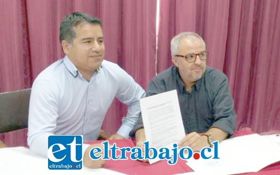 A la izquierda Hernán Philips, dueño de la empresa de Parquímetros, junto al superintendente de Bomberos, Julio Hardoy Baylaucq.