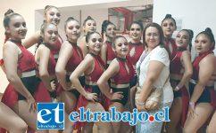 NUESTRAS ESTRELLAS.- Ellas son la mayoría del Equipo Star Dance del Liceo Corina Urbina de San Felipe, tocando las estrellas.