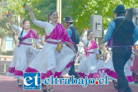 FOLKLORE DEL MEJOR.- Estas damitas de Rinconada dieron alegría en esta jornada por los Derechos Humanos en el bandejón de Yungay.