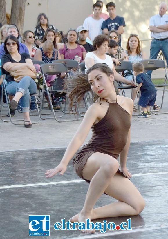 IMPECABLE BAILARINA.- Esta despampanante bailarina sanfelipeña, Yulisa Moyano Artizaga, impresionó a los presentes con su talentosa presentación.