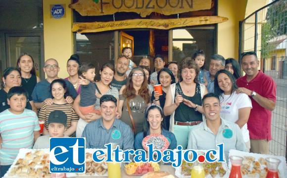 FOODZOON SAN FELIPE.- Aquí vemos al personal de FoodZoon y algunos clientes que este sábado llegaron a disfrutar de la preinauguración de la panadería vegana.