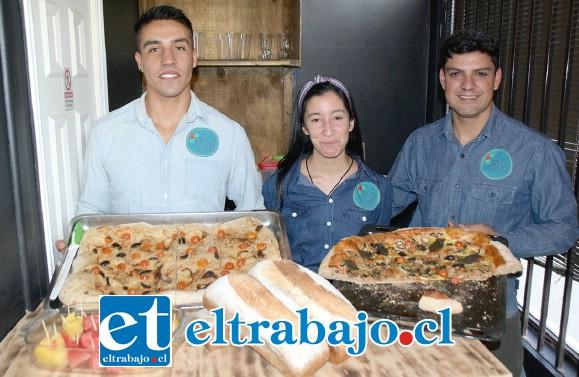 ELLOS AL FRENTE.- Ellos son: Héctor Labbé, Liseth Cortés y Rafael Galdames, dueños de este exquisito emprendimiento culinario.