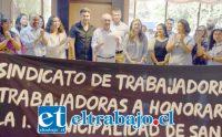 SÍ SE PUDO.- El alcalde Patricio Freire mostró orgulloso el documento con los puntos logrados gracias al diálogo, trabajo del administrador municipal, sindicalistas y jurídico también.