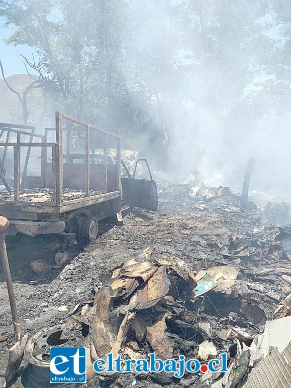El incendio se produjo al interior de unos corrales agrícolas ubicados en el sector Parrasía de San Felipe. (Fotografía: Preludio Radio).
