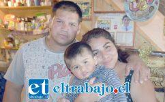 AMOR NO LE FALTA.- Ellos son los padres del pequeño Ismael, José Díaz y Masiel Cueto, quienes están esperanzados en que su guagua se recupere por completo.