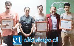 Ellos son algunos de los internos que fueron certificados, quienes aparecen junto a la jefa técnica del CCP, Alejandra Herrera, y el gobernador Claudio Rodríguez.