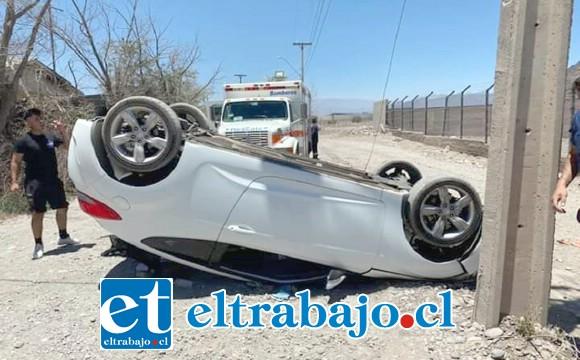 El vehículo que conducía el voluntario de Bomberos volcó la tarde de este lunes.