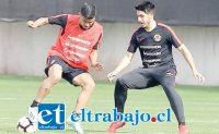 El zaguero central albirrojo (a la derecha) en uno de los entrenamientos del combinado juvenil chileno.