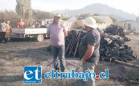 En la foto de archivo, Orlando Contreras en el lugar del incendio junto a los restos de sus colmenas.