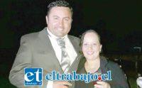 El cabo 2º Luis Montoya Soto junto a su esposa.
