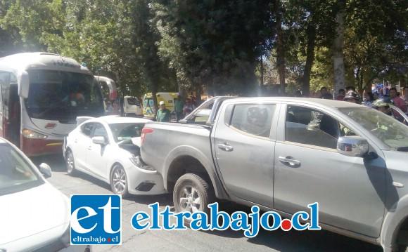 En la imagen se aprecian tres de los cuatro vehículos que participaron en el accidente.