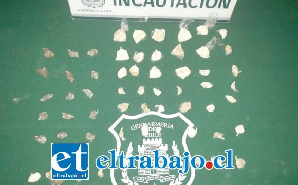 Un total de 48 envoltorios con pasta base de cocaína, 15 con  marihuana y uno con medicamento en polvo fueron hallados en el interior de una pieza de carne.