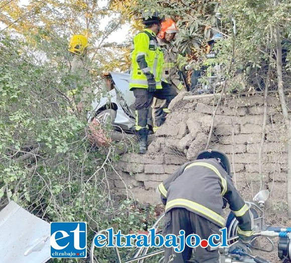 Bomberos debió rescatar a los protagonistas de este terrible accidente de tránsito en calle Tocornal de San Felipe.