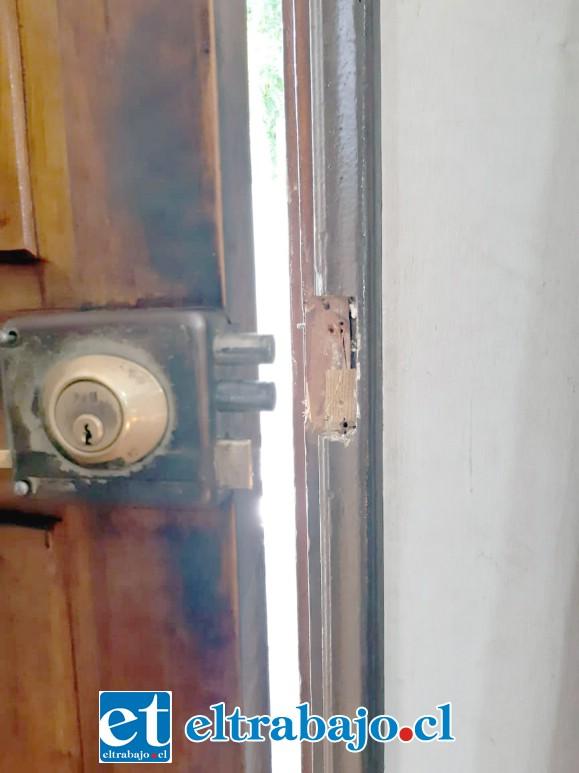 La chapa de la puerta de entrada fue forzada, con lo cual el o los delincuentes ingresaron a la sede.