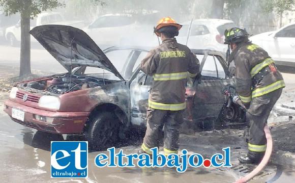 Bomberos logró sofocar las llamas que emanaban desde el vehículo.