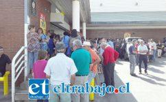 Numerosos adultos mayores esperando poder cobrar sus pensiones en el Servipag de Toro Mazote con Merced.