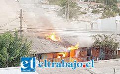 El día del incendio, las casas siendo consumidas por las llamas. (Archivo)