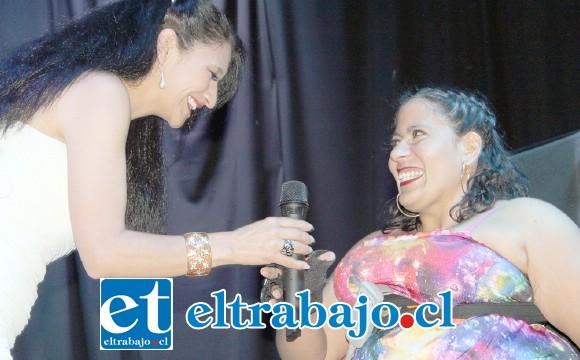 MISS MUJER 2020.- Yasmara Muñoz fue elegida como Miss Mujer 2020, recibe las felicitaciones de la propia Maestra de Ceremonias Maritza Taucan.