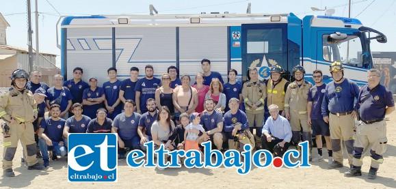 BOMBEROS EJEMPLARES.- Aquí vemos a la gran Familia Cuartina de Valparaíso y San Felipe, unida por un objetivo común al lado de los vecinos del cerro Rocuant: Ayudar.