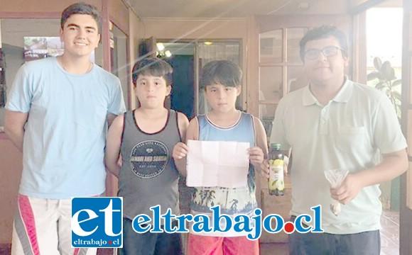 SOLIDARIOS VECINOS.- Los mellizos Franco y Agustín Ibaceta son un claro ejemplo de la solidaridad de nuestros lectores, ellos vendieron limonadas para donar el dinero a la Cuarta.
