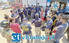 TRABAJO CORDINADO.- Cada acción de los bomberos en terreno fue coordinada por sus comandantes Marcelo Catalán y el Capitán Verdejo, de ambas compañías.