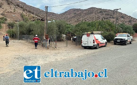 Personal de Chilquinta realizando las labores de investigación de la fuga eléctrica durante la jornada de ayer domingo.