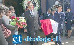 TRISTE PARTIDA.- Con hondo pesar los amigos y familiares le despidieron ayer jueves en la Iglesia San Antonio de Padua.