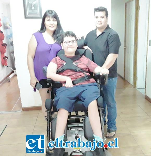 Los padres de Leíto, Alejandra y Leo, felices junto a su hijo en la silla de ruedas.