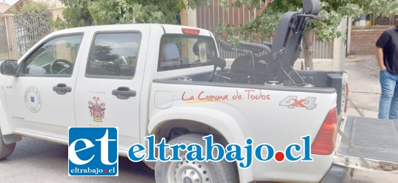 La camioneta municipal llegando con la silla de ruedas de última generación hasta la casa de la familia sanfelipeña.