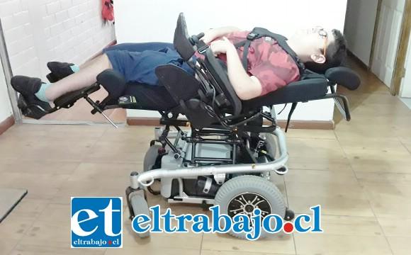 Acá vemos a 'Leíto' estirado completamente sobre la silla de ruedas.