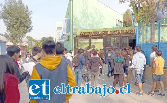 Jóvenes aspirantes ingresando a una de las sedes, en este caso la Escuela San Martín.
