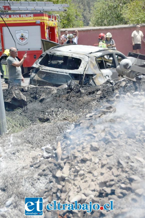 TODO QUEMADO.- Varios metros alrededor del poste fueron calcinados por el incendio, árboles y maleza desaparecieron.
