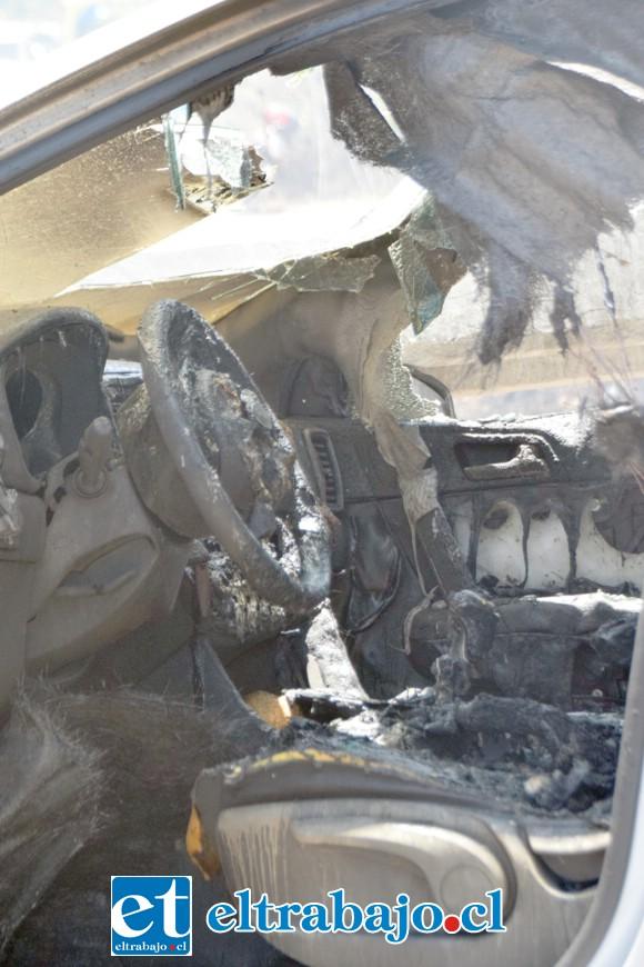 En este lugar exacto del vehículo quedó atrapado el conductor, mientras las llamas hacían peligrar su vida.