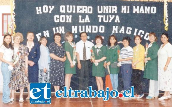 MUY QUERIDO.- Al centro vemos al profesor Joaquín Porta, acompañado de sus colegas profesoras en el año 2000.